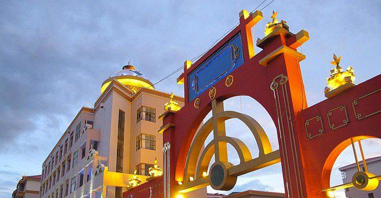 Una de las enormes puertas de Hulun Buir (Fanghong, Wikipedia)
