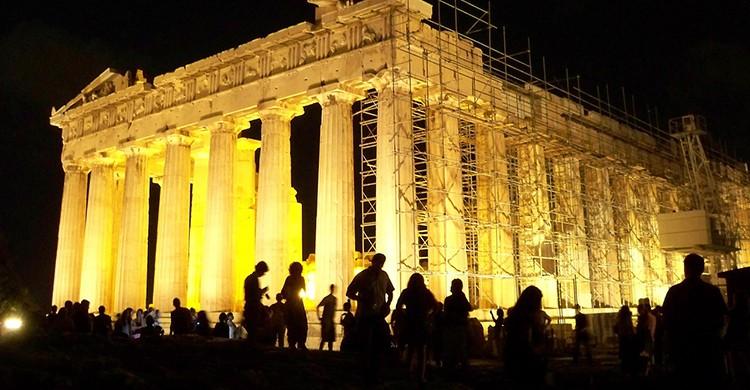 Vistas de la Acrópolis de Atenas iluminada