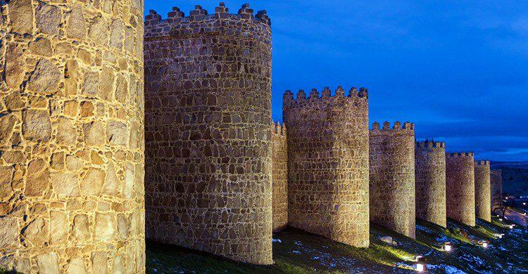 Vistas de la muralla de Ávila iluminada