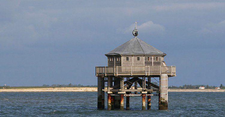 Faro del Fin del Mundo de La Rochelle, Francia (Remi Jouan, Wikipedia)