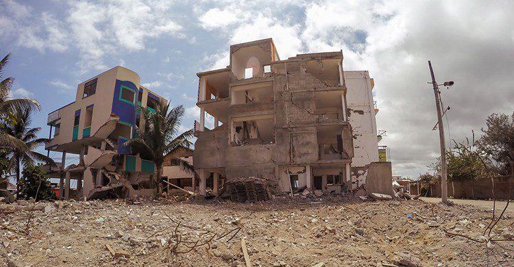 Edificios damnificado por un terremoto en Ecuador
