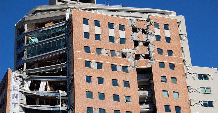 Edificio damnificado por un terremoto en Valparaíso