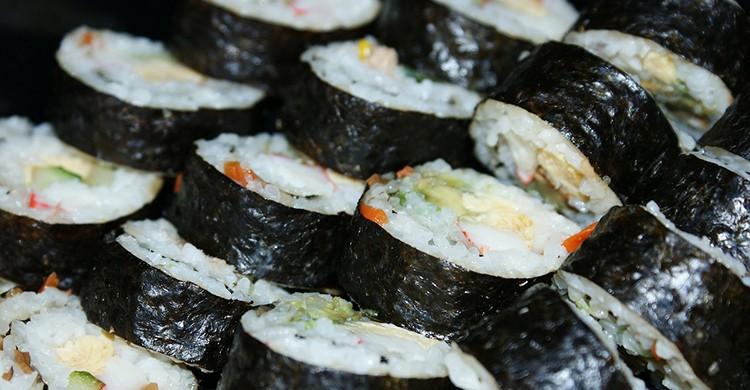 Un plato de sushi