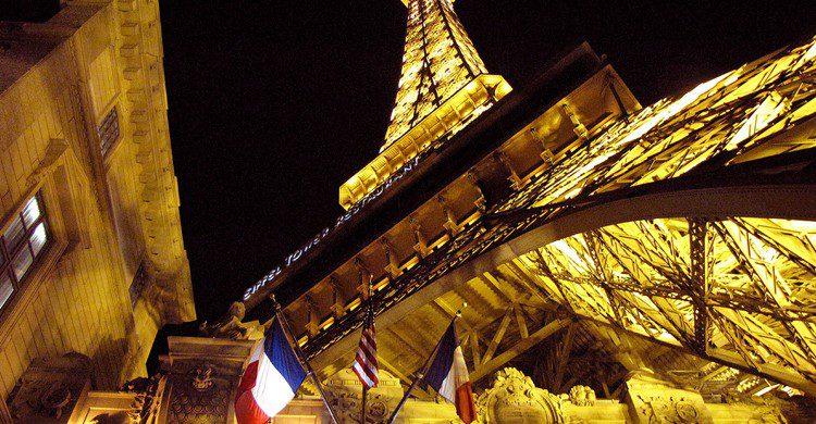 La Torre Eiffel de Las Vegas de noche (o palsson, Foter)