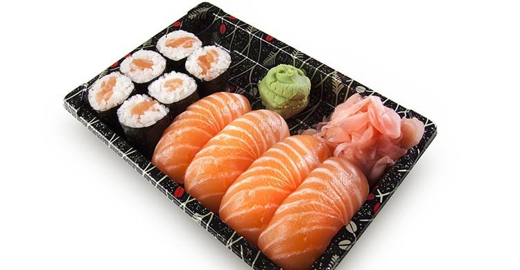 Bandeja de sushi con wasabi