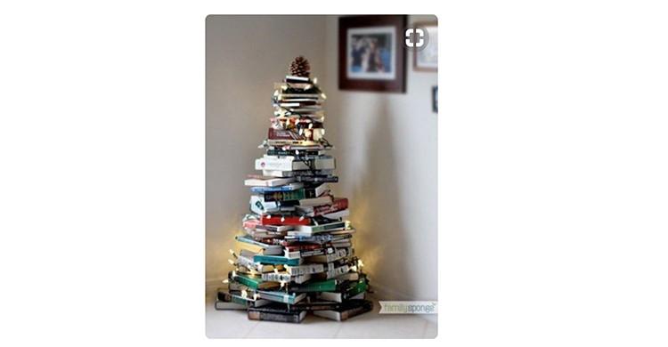 Árbol navideño hecho con libros