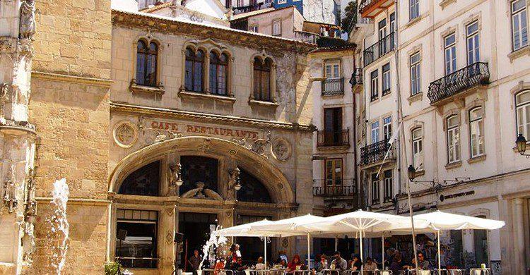 Café Santa Cruz desde la plaza (Carlos Luis M C da Cruz, Wikipedia)