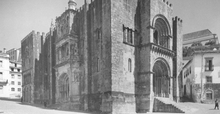 Sé Velha de Coímbra (Biblioteca de Arte-Fundação Calouste Gulbenkian, Foter)