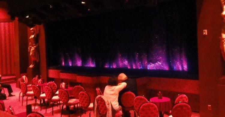 El cabaret Crazy Horse de París (Fuente: Inazakira / Flickr)