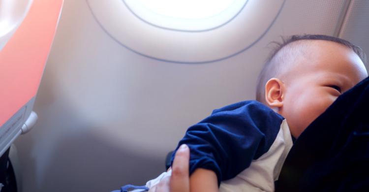 Expulsada de un avión una madre que pretendía amamantar a su hijo (iStock)