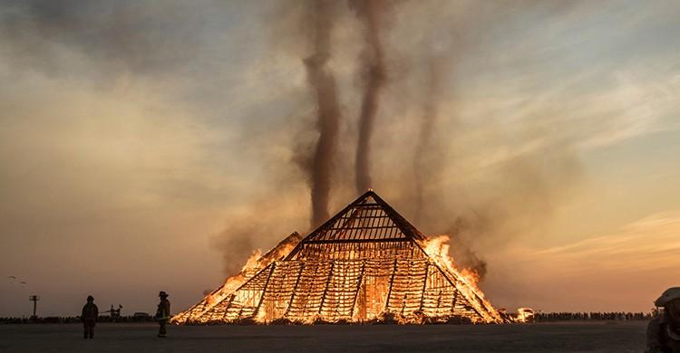 Quema de una estatua en el festival Burning Man de Nevada