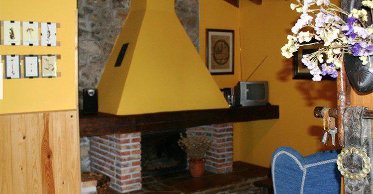 Una chimenea en el salón de una casa rural