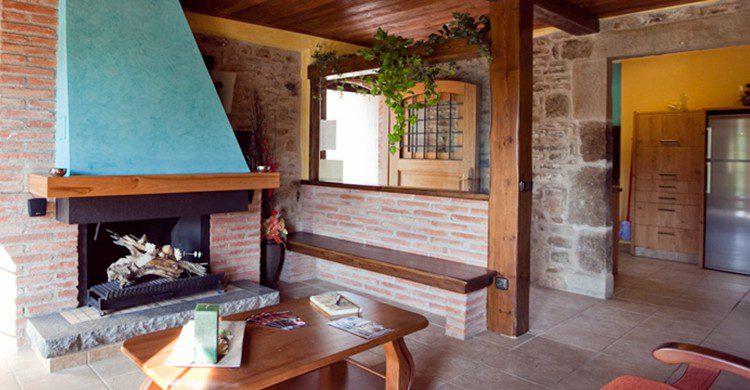 Una chimenea en el salón de una casa rural con chimenea