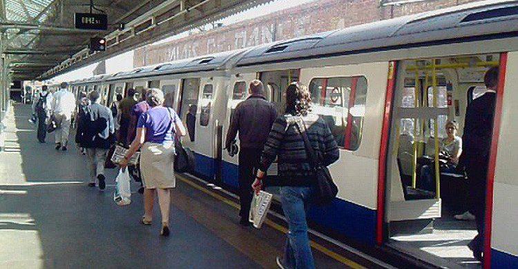 Elabora una estrategia para ligar en el metro (Fuente: Mike Fleming / Flickr)