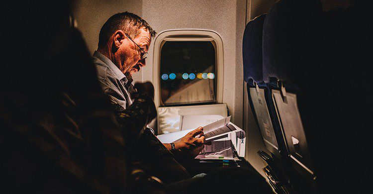 Pasajero en el interior de un avión