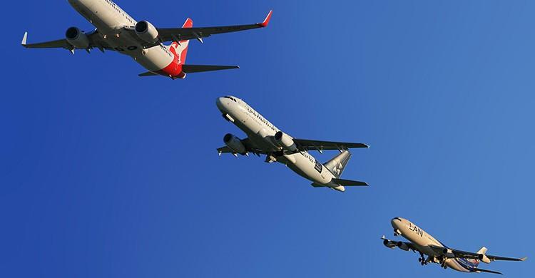 Tres aviones en pleno vuelo