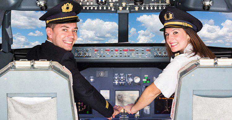 Dos pilotos en la cabina de un avión