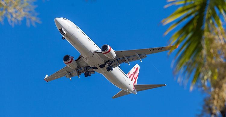 Un avión comercial en pleno vuelo