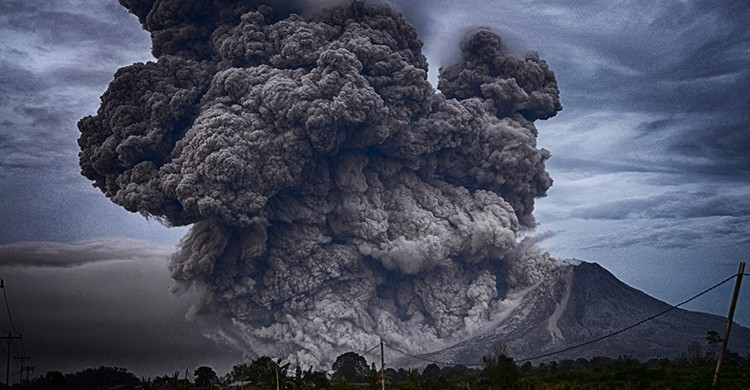 Un volcán en erupción