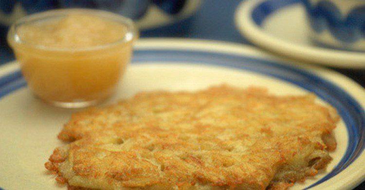 La famosa kartoffelpuffer alemana acompañada de compota de manzana (Fuente: julia Tohme El Batal / Flickr)