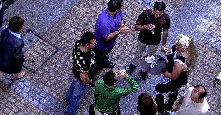 Sal con los colegas de poteo o copas (Fuente: hitzak Soberan / Flickr)
