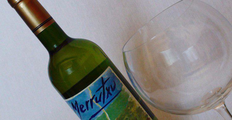 Toma un buen txacoli, víno típico (Fuente: caserio Merrutxu / Flickr)