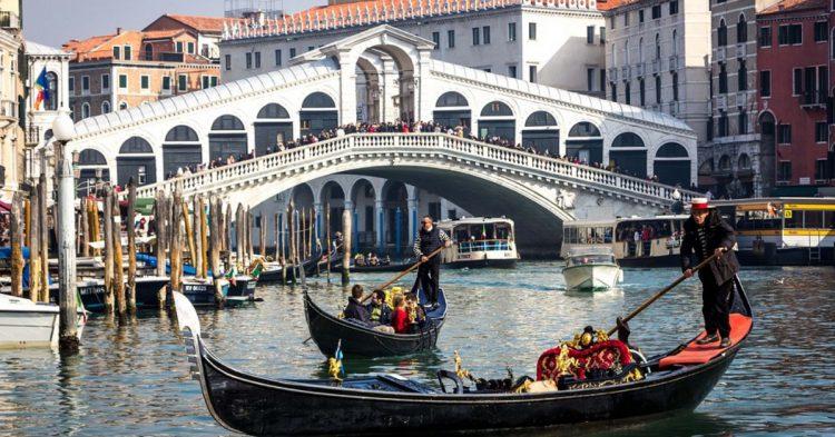 El Puente de Rialto en Venecia