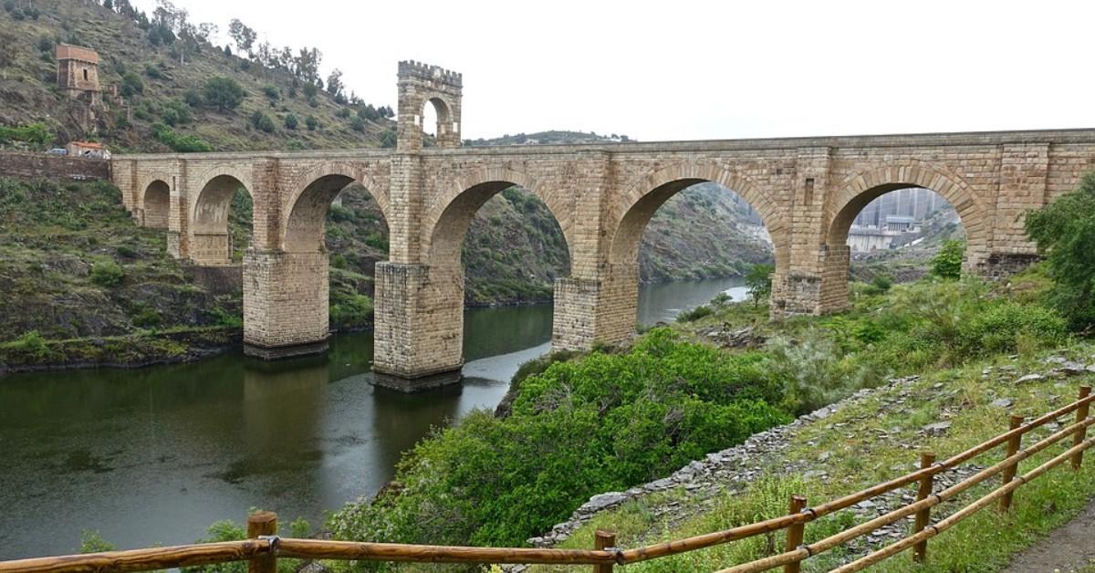 El Puente de Alcántara en Cáceres, España