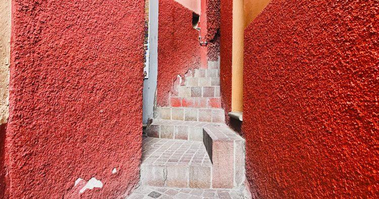 El callejón del beso en Guanajuato, México(istock)