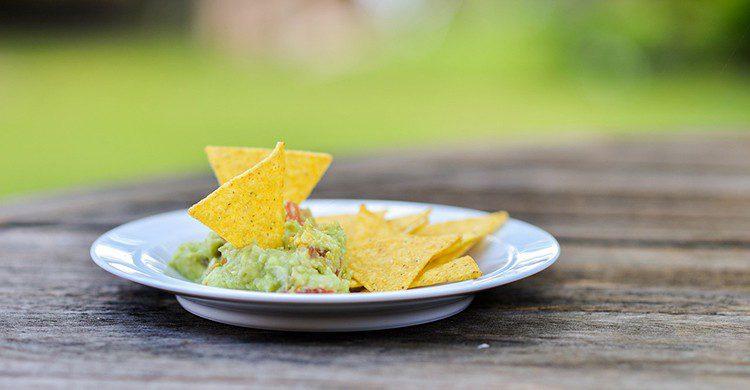 Un plato de guacamole con nachos
