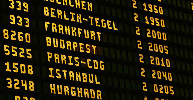 Panel de salidas y llegadas en un aeropuerto
