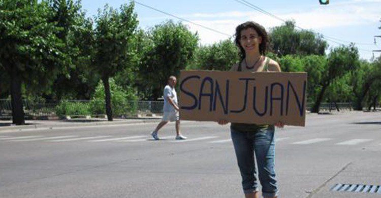 Julia del Olmo haciendo autostop (Julia del Olmo /caminosalvaje.org)