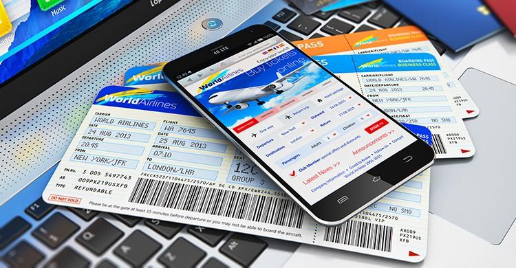 Billetes de avión junto a un móvil