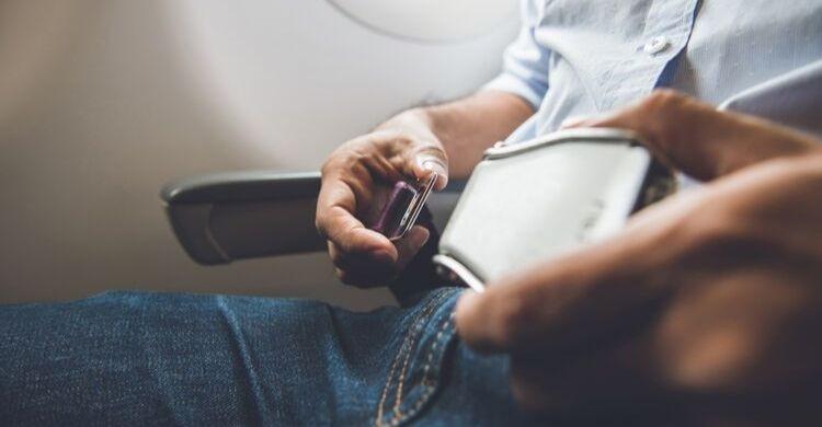 Ten siempre el cinturón puesto en un avión (istock)