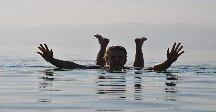 Una persona flota en el Mar Muerto