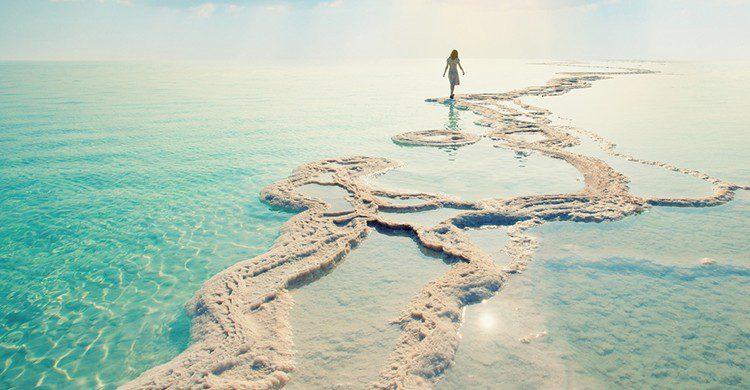 Una mujer en el Mar Muerto