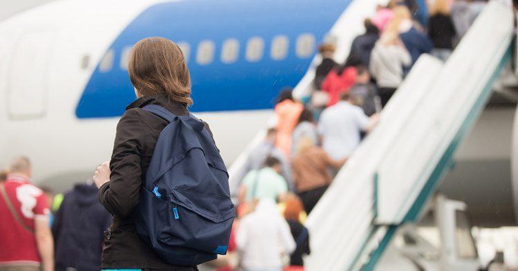 Un hombre es desalojado del avión por las quejas del resto de pasajeros (iStock)