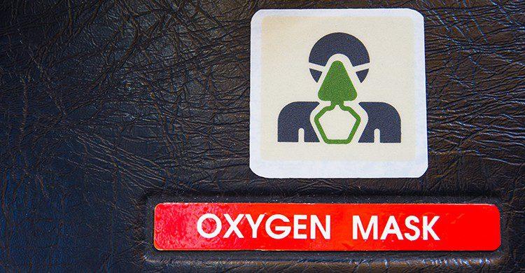 Las máscaras de oxígeno cayeron debido a la pérdida de presión y temperatura de la cabina (iStock)