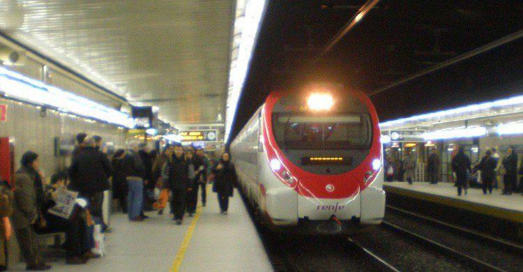 Toma el tren en la estación de Paseo de Gracia (Fuente: Jon T2008 / Flickr)