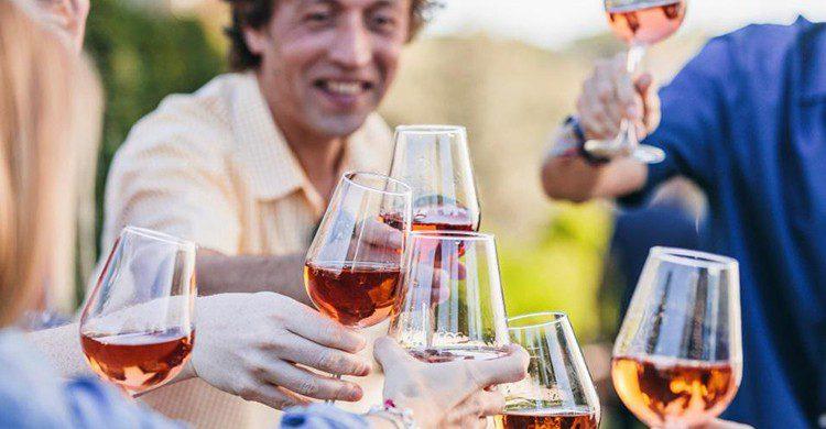 El vino te acompaña en cada uno de tus momentos más especiales (iStock)