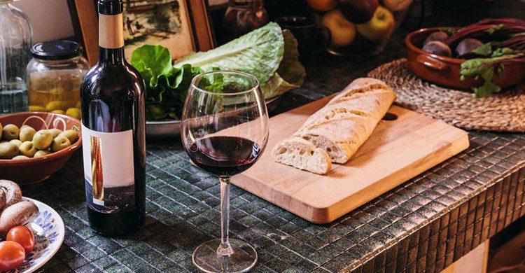 El vino con una buena tapa es la mejor combinación que hay (iStock)