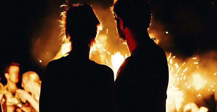 Lo más típico de la noche de San Juan es saltar una hoguera para pedir un deseo (UnSplash)