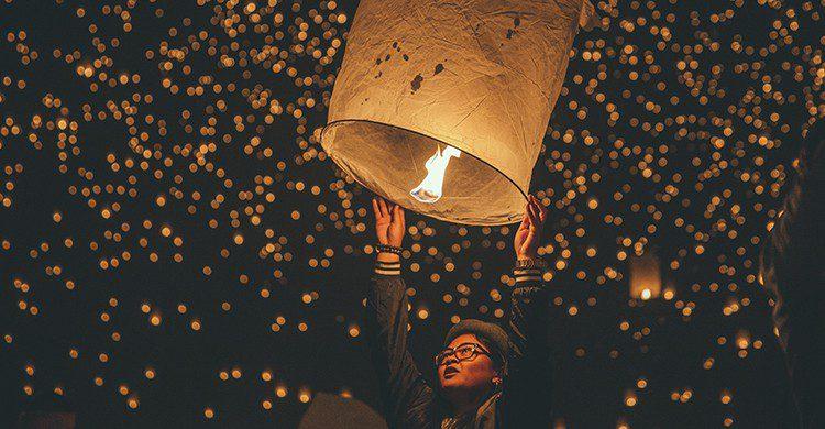 Prender un farolillo volador en la noche de San Juan es uno de los momentos más mágicos (UnSplash)