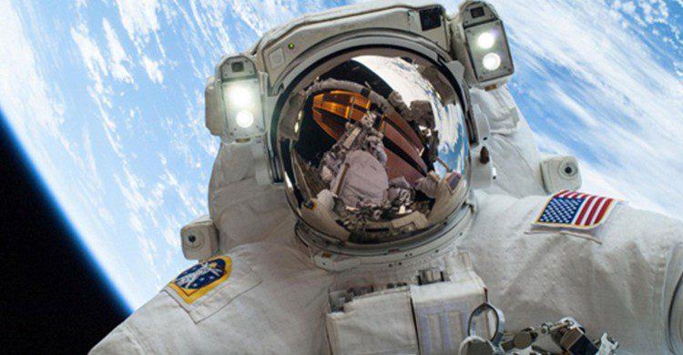 Selfie del astronauta de la NASA, Mike Hopkins, con La Tierra de fondo (iStock)