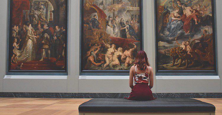 Una mujer contempla un cuadro en un museo