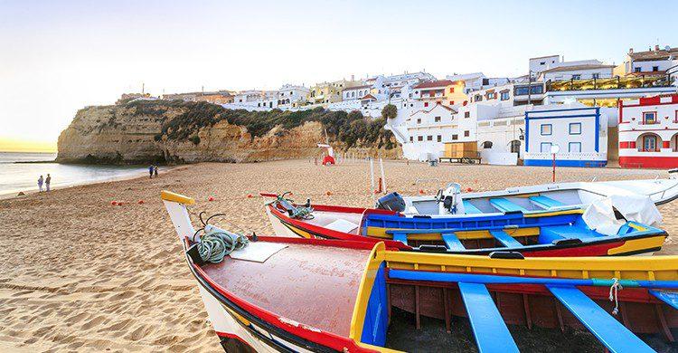 La playa de Carvoeiro tiene multitud de colores gracias a los barcos de pescadores (iStock)