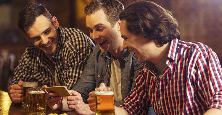 Salir a ver el fútbol puede ser la 'excusa perfecta' para tomarte una cerveza con tus amigos (iStock)