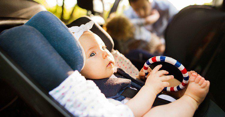 Un bebé en un coche