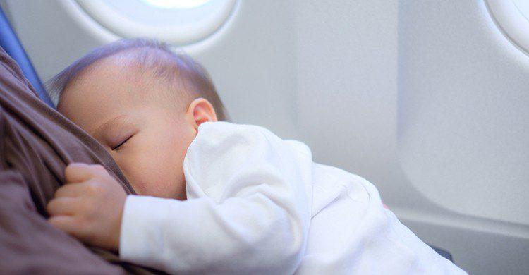 Un bebé en un avión