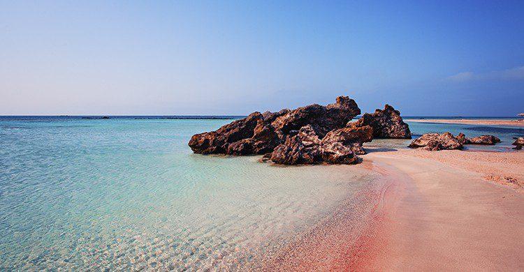 El color rosa de la playa Elafonisi es gracias al pigmento del coral (iStock)